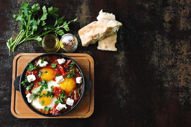Ovos fritos com legumes e queijo feta. shakshuka. keto dieta. keto café da manhã ou lanche. estilo do oriente médio. Foto Premium