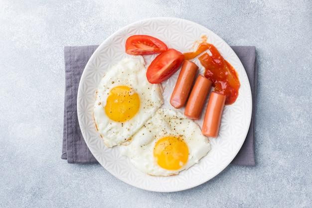 Ovos fritos e salsicha Foto Premium