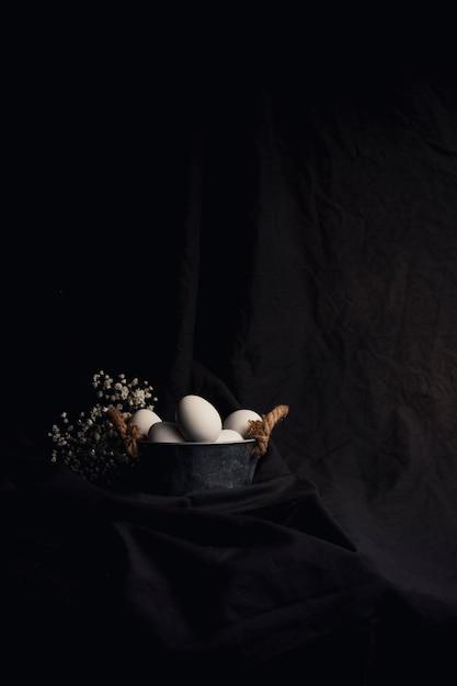 Ovos galinha, em, tigela, perto, planta Foto gratuita
