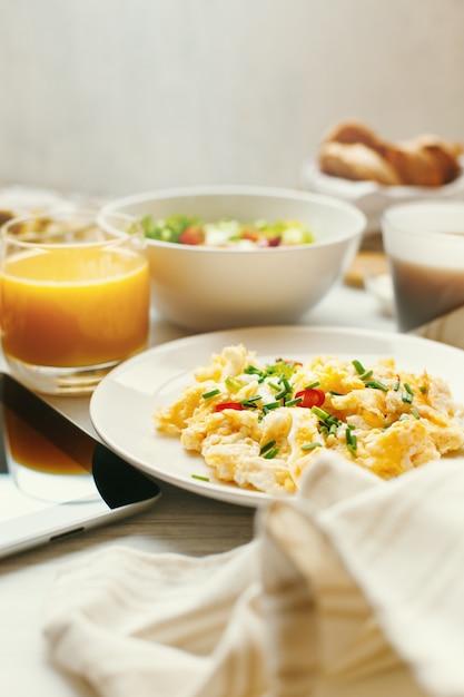 Ovos mexidos em close-up tabela de café da manhã Foto Premium