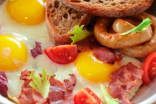 Ovos mexidos na mesa de madeira Foto Premium