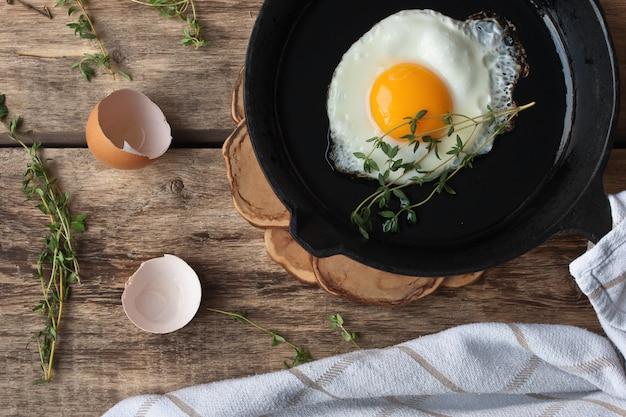 Ovos na panela na mesa de madeira Foto Premium