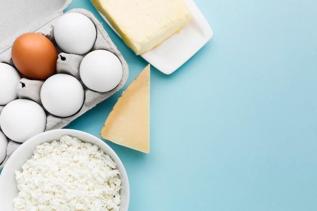 Ovos orgânicos de vista superior com queijo cottage Foto gratuita