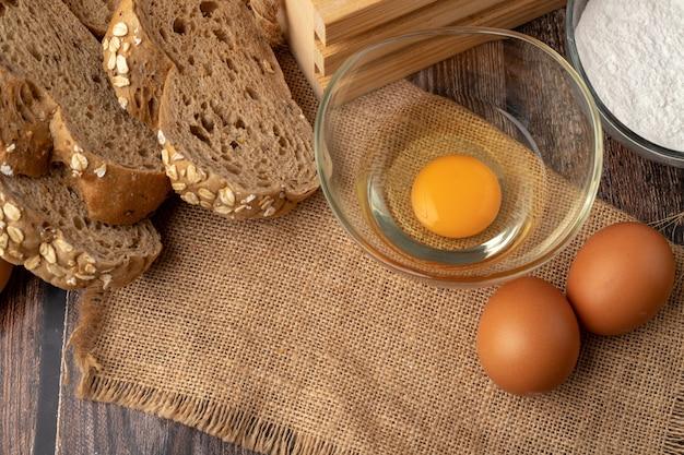 Ovos para fazer padaria no saco Foto Premium