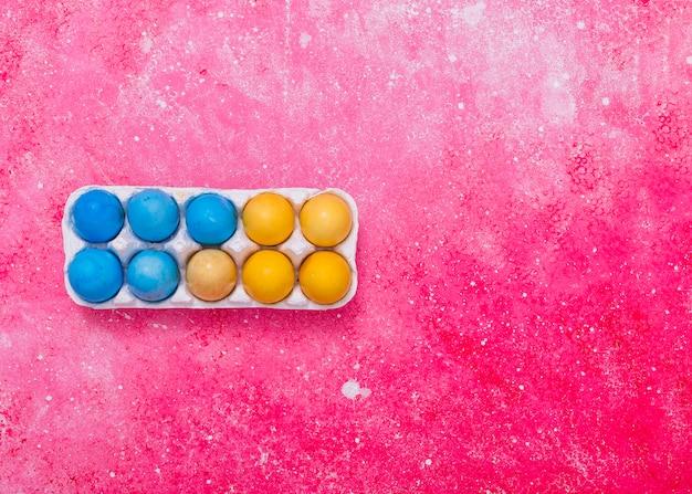 Ovos pintados na bandeja Foto gratuita