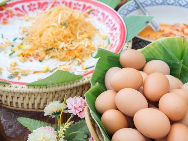 Ovos salgados orgânicos em folhas de bananeira Foto Premium