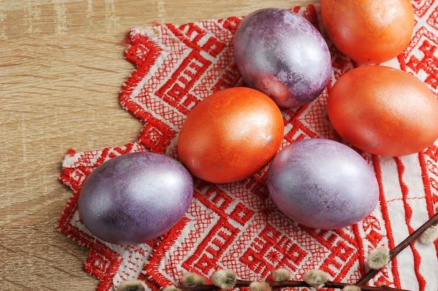 Ovos tingidos para a páscoa na cor vermelho e pérola Foto Premium