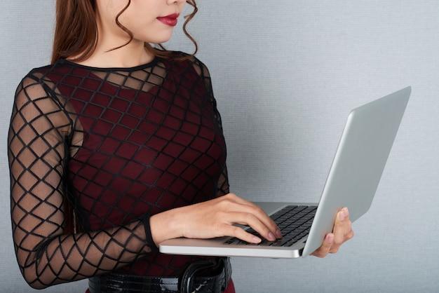 Pa recortado, verificando e-mails no laptop Foto gratuita