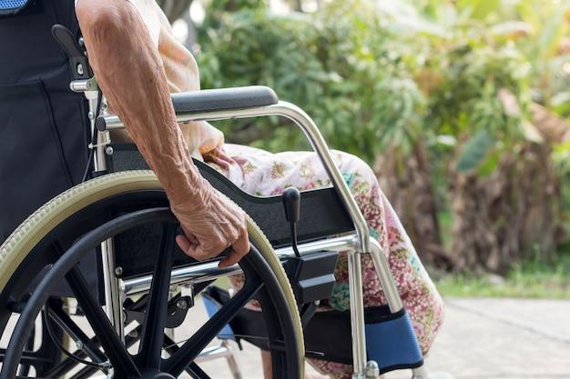 Paciente de mulher asiática sênior ou idosos senhora idosa na cadeira de rodas na casa da frente Foto Premium