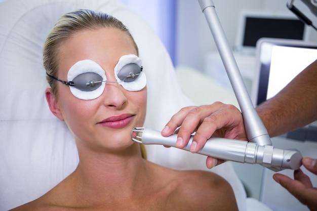 Paciente do sexo feminino recebendo procedimento de levantamento de rf Foto gratuita