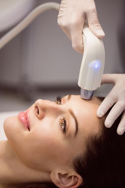 Paciente do sexo feminino recebendo tratamento cosmético Foto gratuita