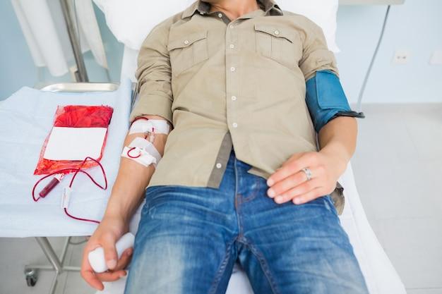 Paciente do sexo masculino que recebe uma transfusão de sangue Foto Premium