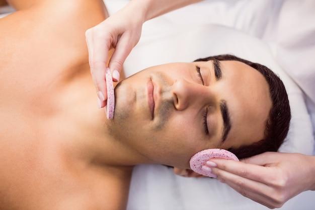 Paciente do sexo masculino recebendo massagem do médico Foto gratuita