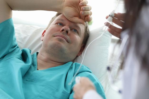 Paciente doente tomando conta-gotas Foto Premium