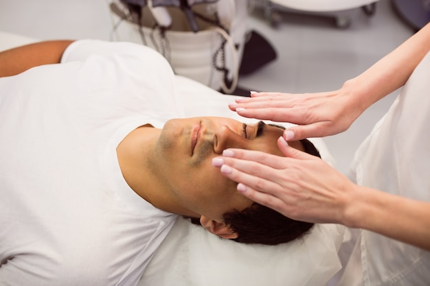 Paciente em tratamento facial Foto gratuita