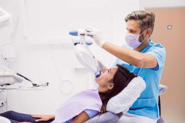 Paciente em tratamento odontológico Foto gratuita