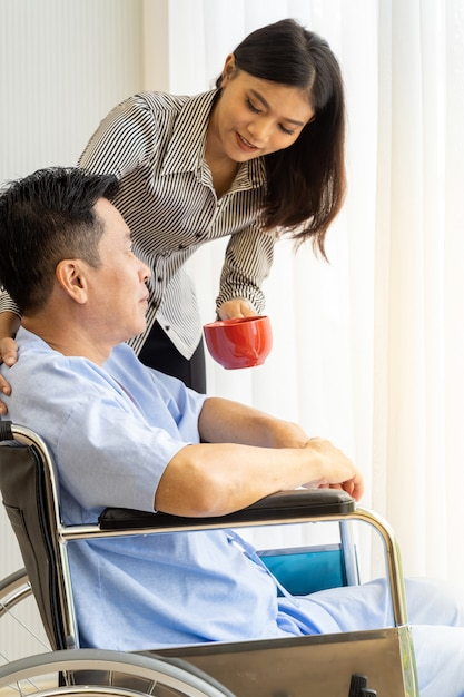 Paciente idoso e parente Foto Premium