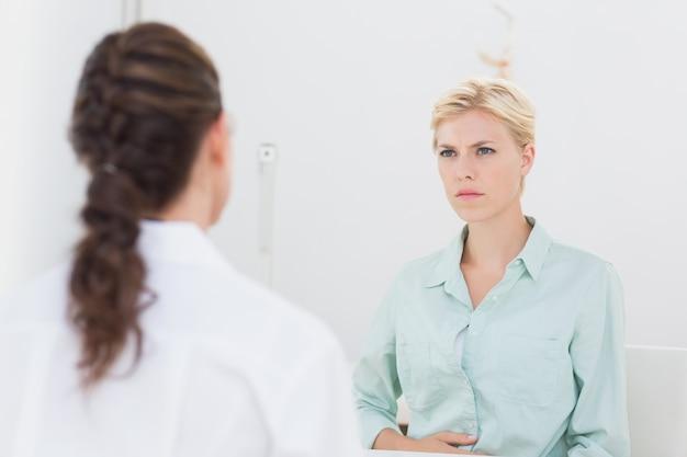 Paciente infeliz falando com o médico Foto Premium