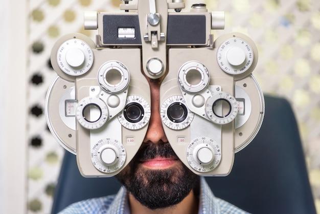 Paciente na clínica moderna da oftalmologia que verifica a visão do olho. Foto Premium