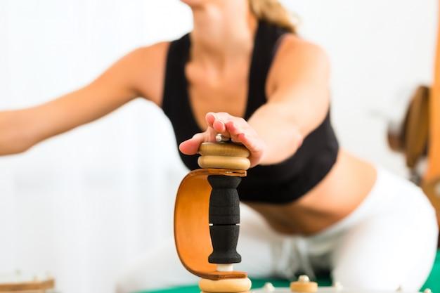 Paciente na fisioterapia fazendo exercícios físicos Foto Premium