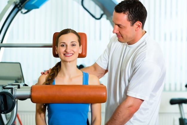 Paciente na fisioterapia fazendo fisioterapia Foto Premium