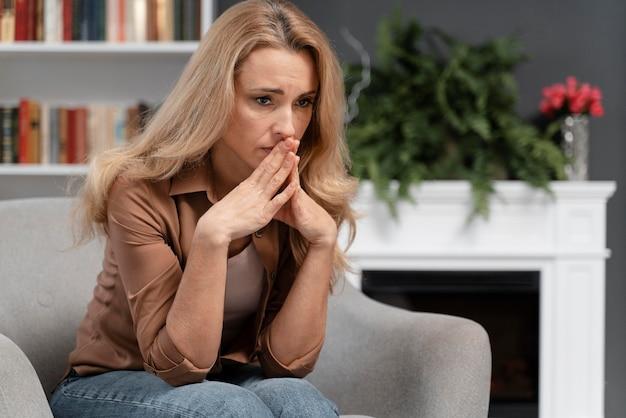 Paciente preocupado no meio do tiro no consultório do terapeuta Foto Premium