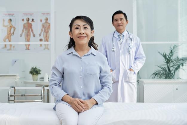 Paciente sênior sorridente posando para fotografia Foto gratuita