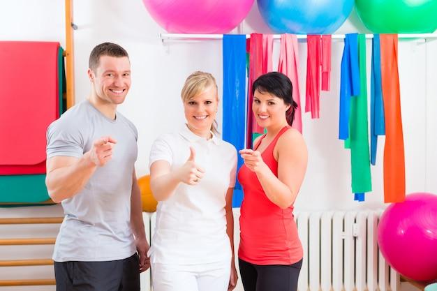 Pacientes após exercícios físicos com instrutor Foto Premium