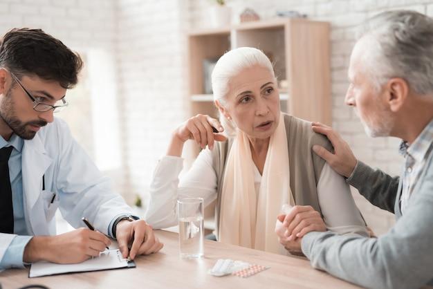 Pacientes mais velhos dizem ao médico o que dói. Foto Premium