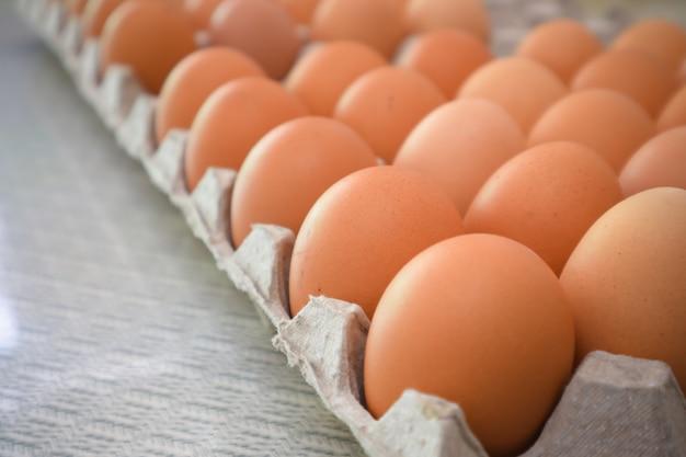 Pacote de ovos na mesa da cozinha Foto Premium