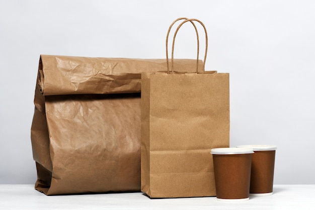 Pacote de papel com comida e café Foto Premium