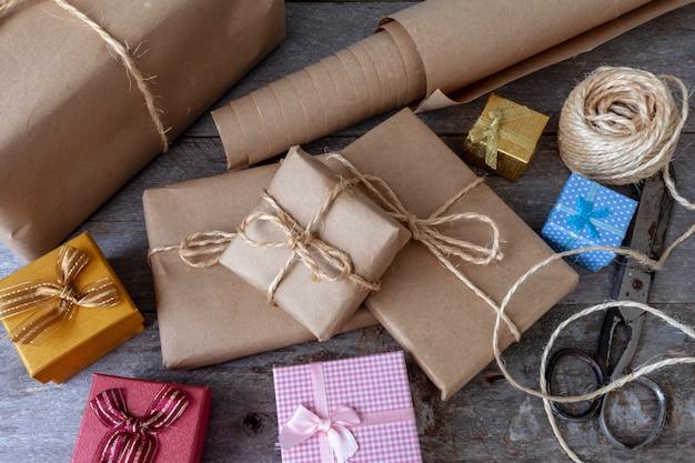 Pacote de presente de natal com mesa rústica Foto Premium