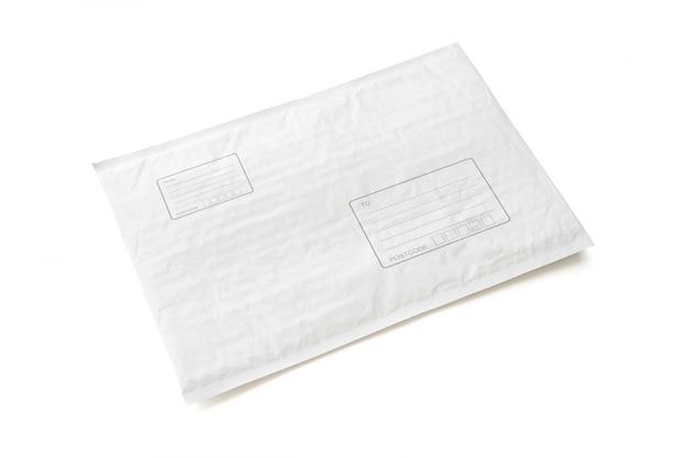 Pacote postal branco com área para escrever endereço. Foto Premium