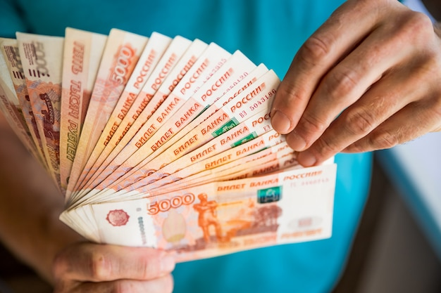 Pacotes contas de cinco mil rublos russos Foto Premium