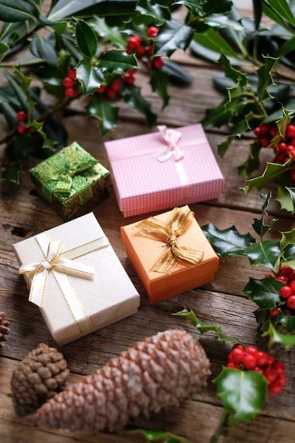 Pacotes de presente com decoração de natal Foto Premium