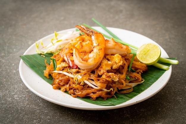 Pad thai - macarrão de arroz frito com camarão Foto Premium