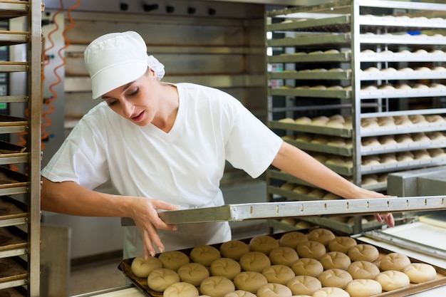 Padeiro feminino assar pães Foto Premium
