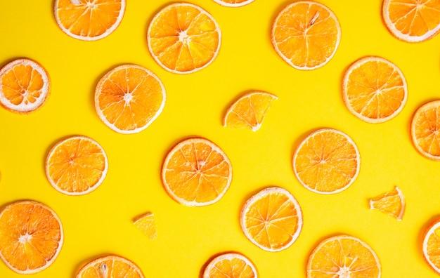 Padrão criativo de fatias de laranja secas. padrão geométrico de fatias de laranja na cor Foto Premium