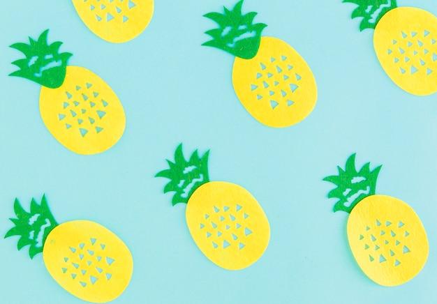 Padrão de abacaxis no fundo claro Foto gratuita