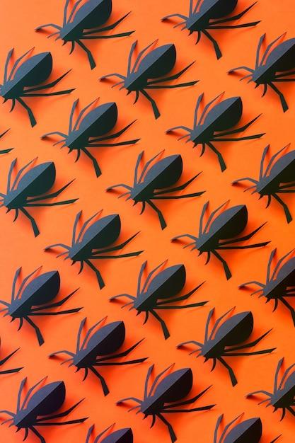 Padrão de aranhas de papel em um fundo laranja Foto Premium