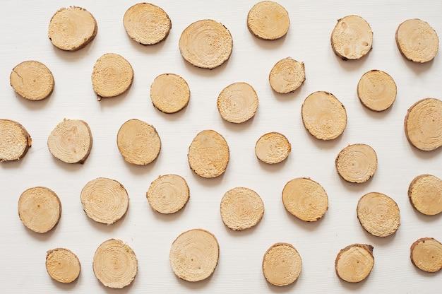Padrão de círculos de madeira de pinho pequeno. serra de madeira cortada isolada no fundo branco Foto Premium