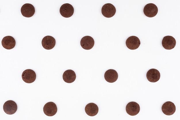 Padrão de cookies de chocolate vista superior na superfície escura Foto gratuita