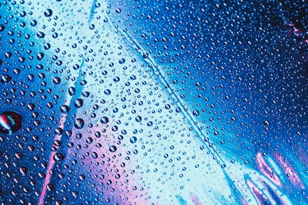 Padrão de gotas de água no fundo azul brilhante Foto gratuita
