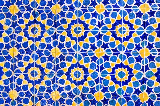 Padrão tradicional de uzbeque colorido na telha cerâmica na parede da mesquita, fundo Foto Premium