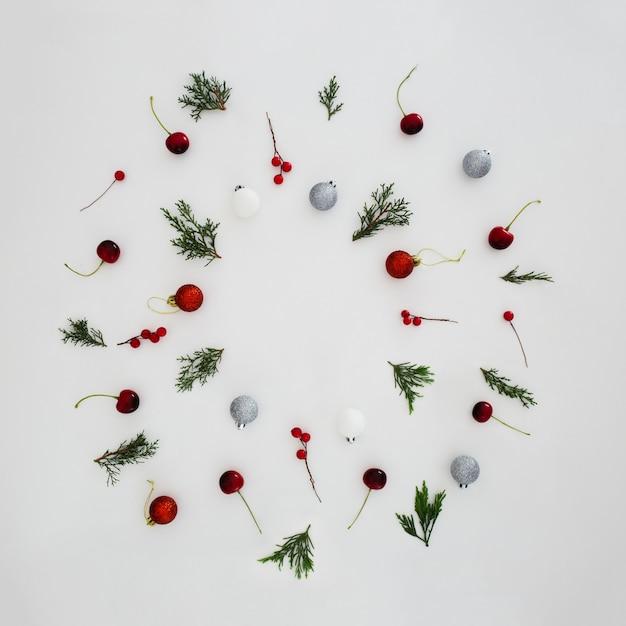 Padrões feitos com folhas de pinheiro e bolas de natal decorativas Foto gratuita