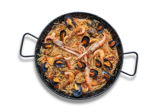Paella de massa de frutos do mar, culinária espanhola isolada em fundo branco, vista de cima Foto Premium
