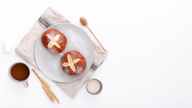 Pães assados no pano com uma xícara de café e copie o espaço Foto gratuita