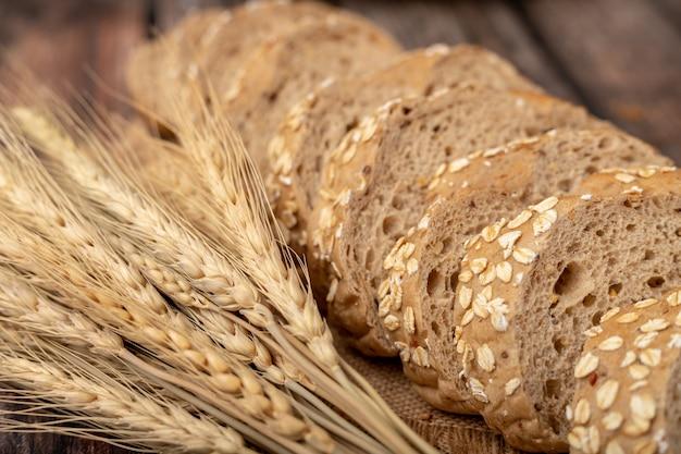 Pães fatiados e capim de trigo no saco Foto Premium