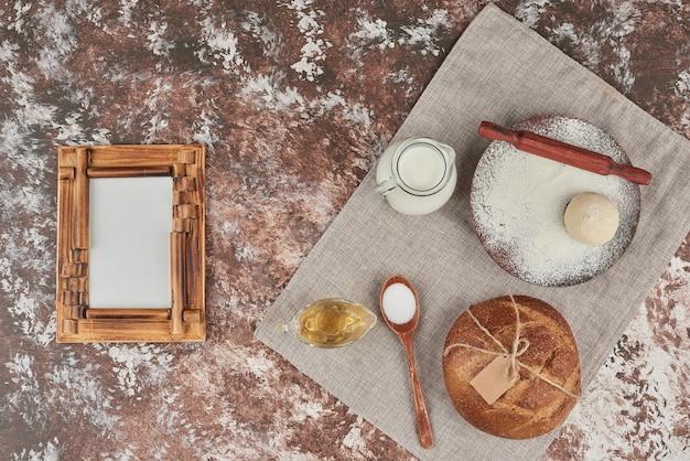 Pãezinhos de pão com ingredientes à parte. Foto gratuita