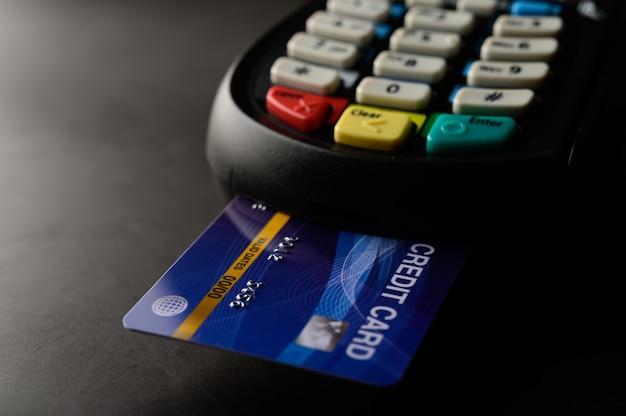 Pagamento com cartão de crédito, compra e venda de produtos e serviços Foto gratuita